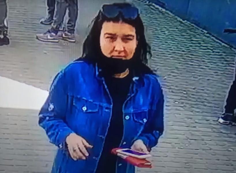 У Тернополі розшукують молоду жінку, яку підозрюють у крадіжці (ВІДЕО)