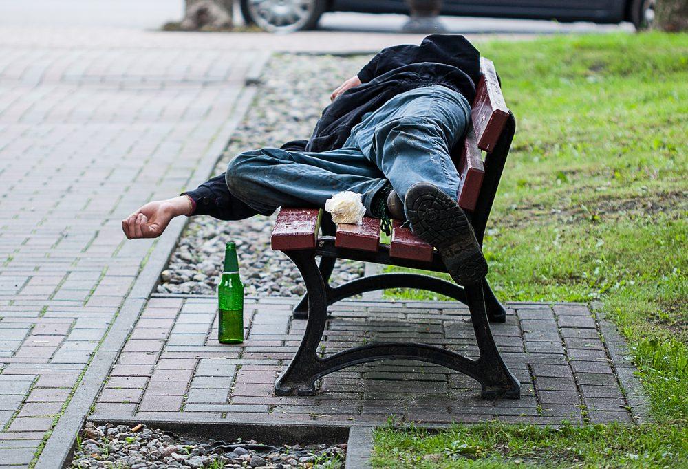 У Тернополі протягом доби медики рятували двох п'яних чоловіків, які лежали без свідомості