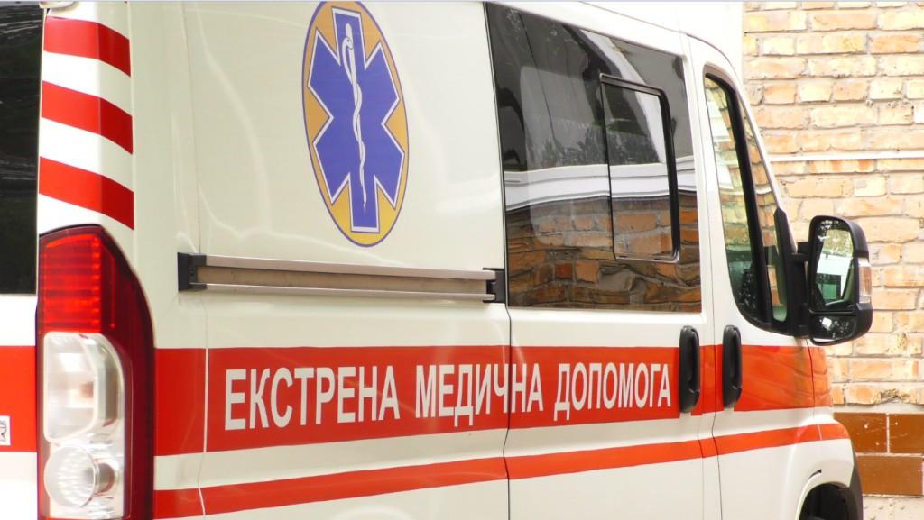 У Тернополі рятували чоловіка із ножовими пораненнями живота