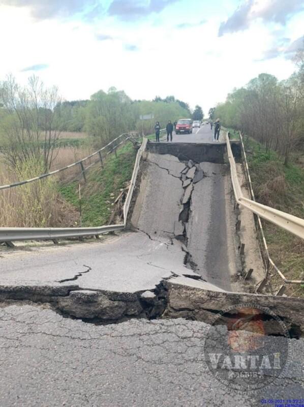 """""""Видовище вражає"""": обвал мосту заблокував трасу між двома обласними центрами (ФОТО)"""
