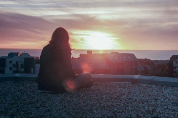Сиділа на краю покрівлі і плакала: у Тернополі рятували 17-річну дівчину (ВІДЕО)