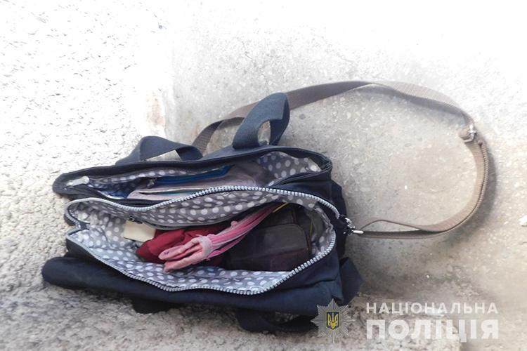 Грабіж у Тернополі: злочинець вирвав сумку, де було 80000 гривень і втік (ВІДЕО)