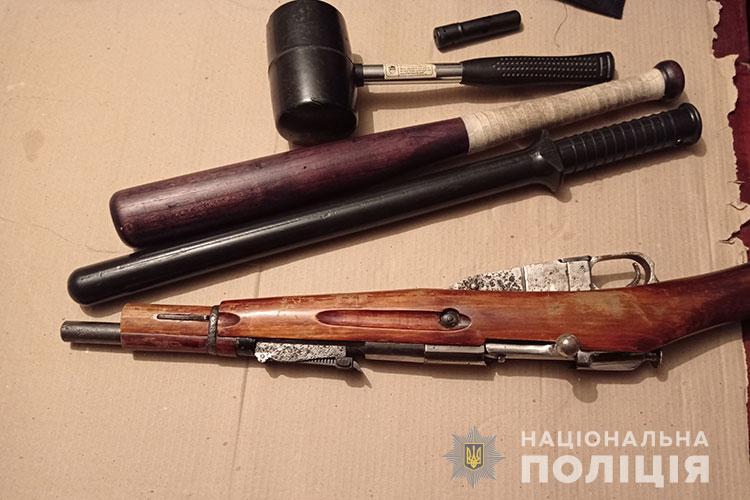 Грабіж у Тернополі: злочинець збив чоловіка з ніг та вирвав сумку, в якій було понад 100 000 гривень