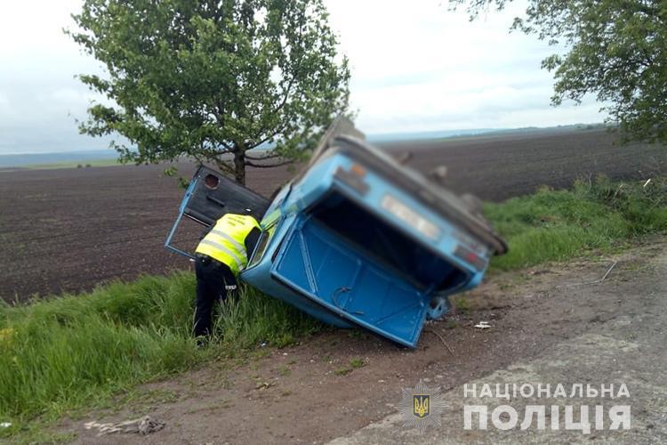 ДТП на Тернопільщині: п'яний водій з'їхав у кювет і врізався у дерево, авто перекинулося