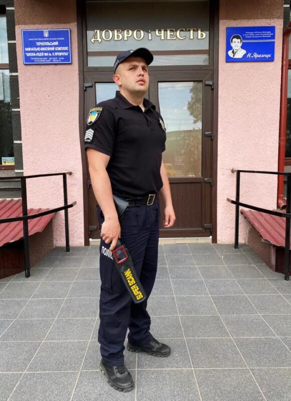 """Поліцейські вигнали чотирьох """"хитрунів"""" під час ЗНО з математики на Тернопільщині"""
