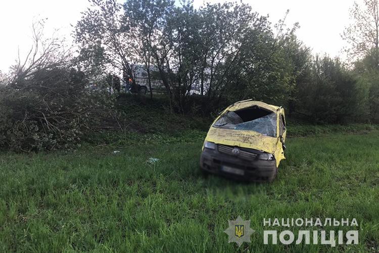Перевищення швидкості: на Тернопільщині перекинувся мікроавтобус із 5-ма пасажирами (ФОТО)