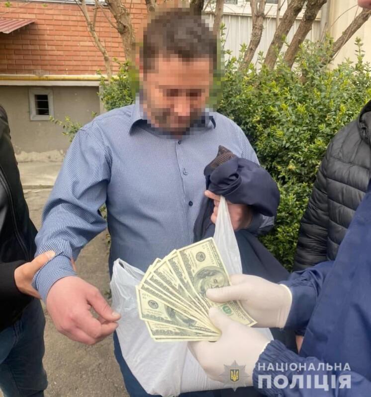 Як на Тернопільщині поліція затримувала посадовця на хабарі 1000 доларів (ФОТО)