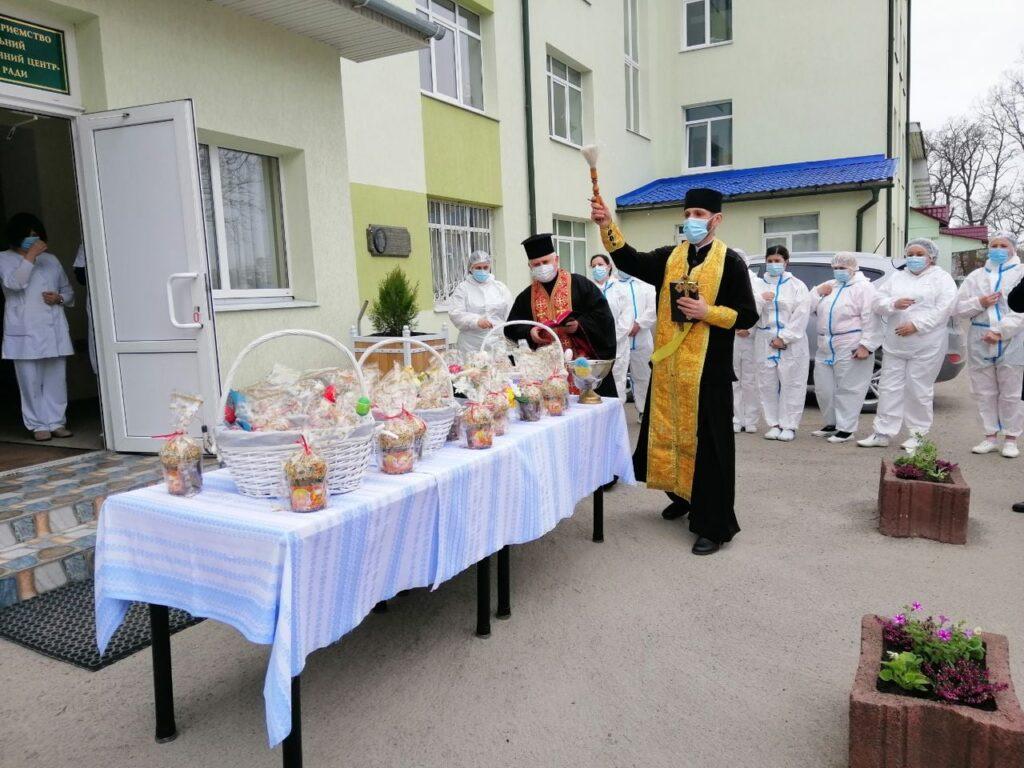 На роботі: у Тернополі священники освятили великодні кошики лікарів, військовослужбовців і рятувальників