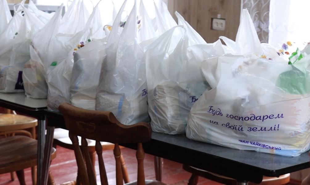 Допомогли і підтримали: у Саранчуках потребуючим вручили великодні дарунки (відео)