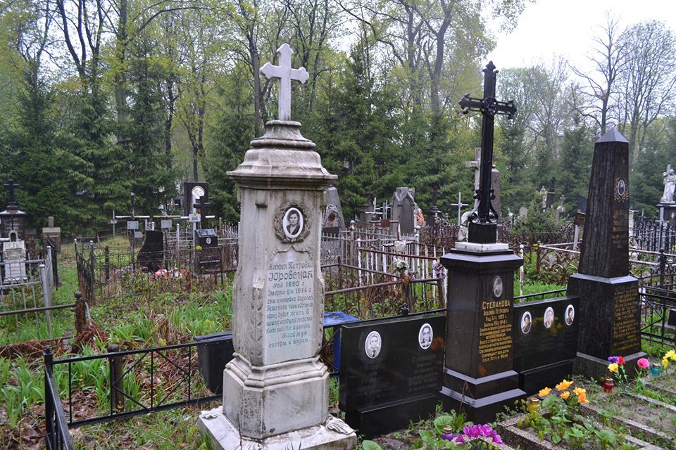 """""""Наруга на могилою"""": на Тернопільщині на цвинтарі п'яний чоловік фарбою обмалював пам'ятник"""
