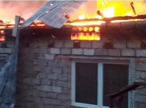 Згорів будинок, всі речі і гроші: дівчина-сирота з Тернопільщини потребує термінової допомоги