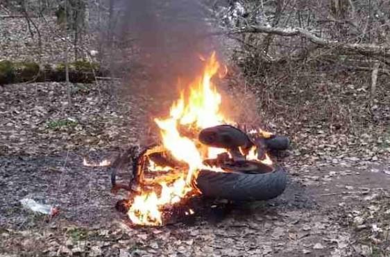 Помстився за гучну їзду: на Тернопільщині чоловік підпалив мотоцикл 18-річного хлопця