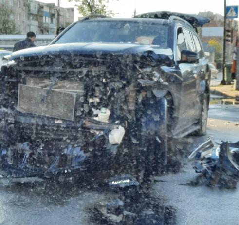 ДТП у центрі Тернополя: колосальних ушкоджень зазнав Mercedes Benz GL (ФОТО)