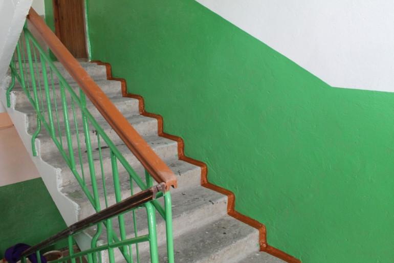 У Тернополі закривавлений чоловік сидів на сходах: що сталося