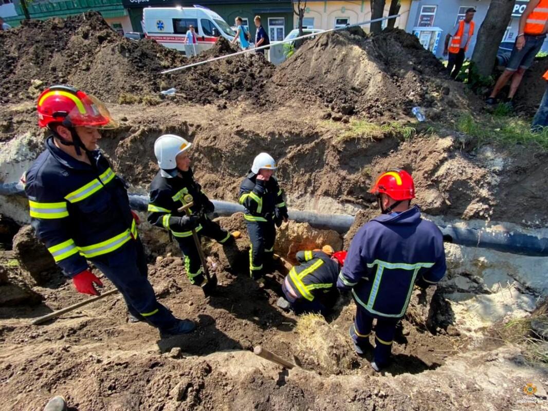 Трагедія у Тернополі: у траншеї обвалився ґрунт, одна людина загинула (ФОТО)
