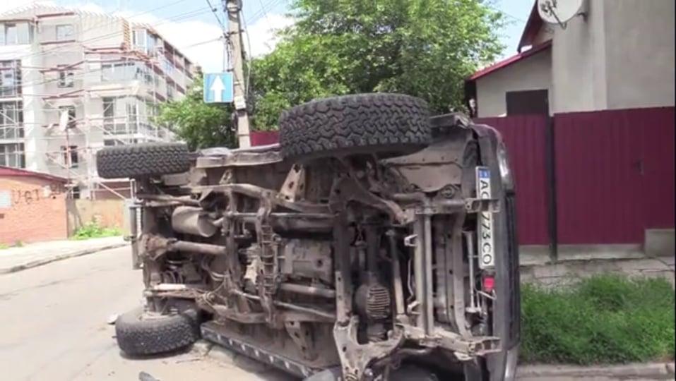 """""""Не зупинився на знак STOP"""": у Тернополі перекинувся позашляховик (ФОТО, ВІДЕО)"""