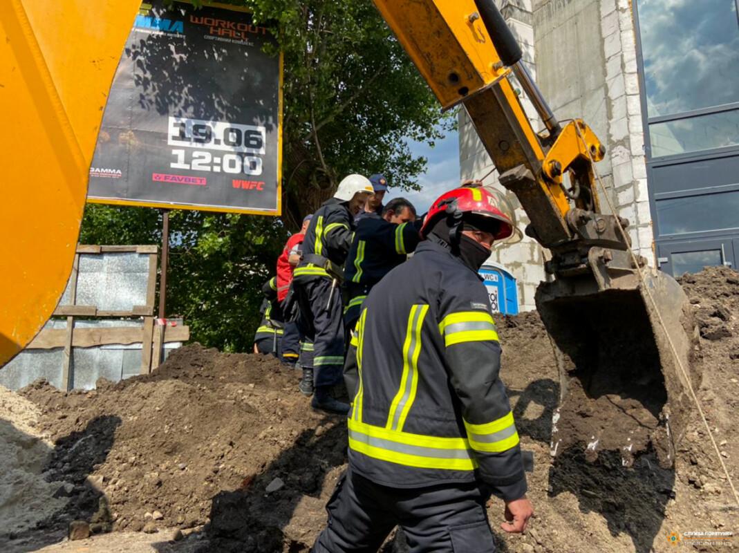 У Тернополі чоловіка засипало землею (ФОТО)