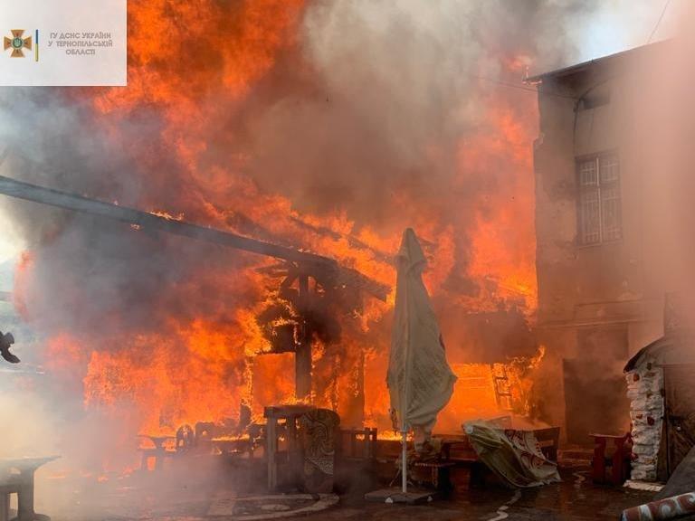 """Палає бар """"Коловорот"""". Рятувальники борються з вогнем: офіційні подробиці пожежі у центрі Тернополя (ФОТО)"""