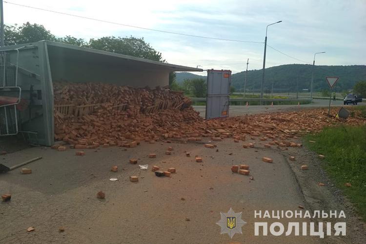 Цегла по всій дорозі: на Тернопільщині перекинулася вантажівка (ФОТО)