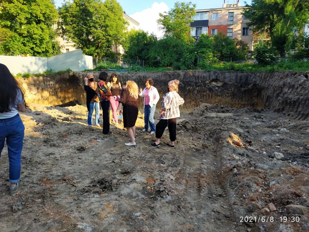 У центрі Тернополя вирили котлован і натрапили на… кістки