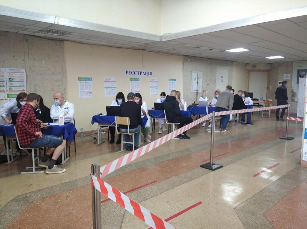 Гігантська черга утворилася біля пункту вакцинації у Тернополі: що відбувається? (ФОТОФАКТ)