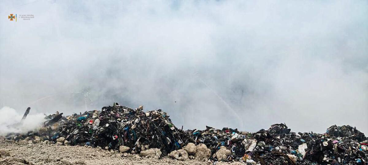 Вже добу горить сміттєзвалище у Малашівцях: з'явилися фото з місця масштабної пожежі (ФОТО)