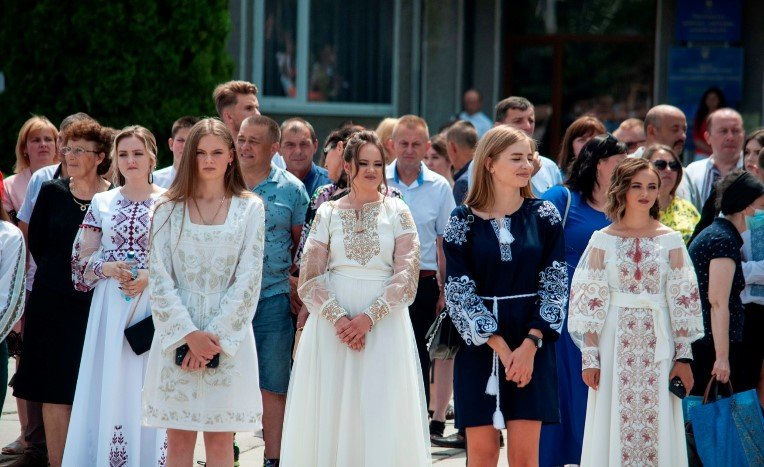 Понад 300 випускників у вишиванках: у Чорткові випускний у етно-стилі (ФОТОРЕПОРТАЖ)