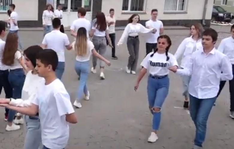 Випускники гімназії на Тернопільщині відмовилися від квітів, кульок та інших декорацій, щоб допомогти хворому хлопчику (ВІДЕО)