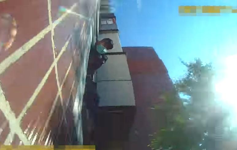 У Тернополі чоловік лежав на землі і благав про допомогу: патрульні лізли через вікно (ВІДЕО)