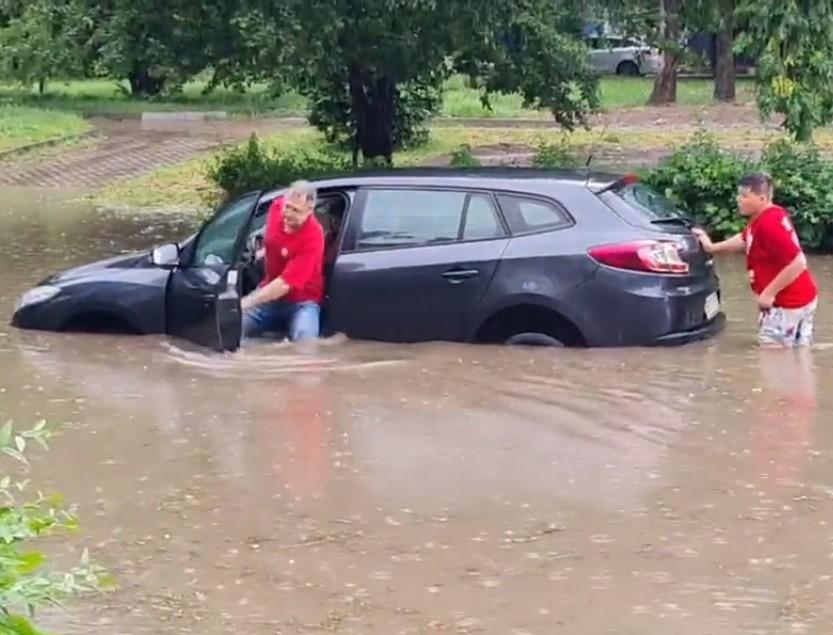 У Тернополі через зливу автомобілі пливли по воді (ВІДЕО)