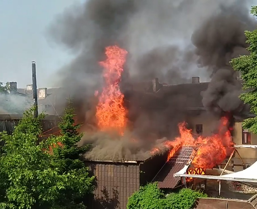 """У центрі Тернополя потужна пожежа: горить бар """"Коловорот"""" (ФОТО, ВІДЕО)"""