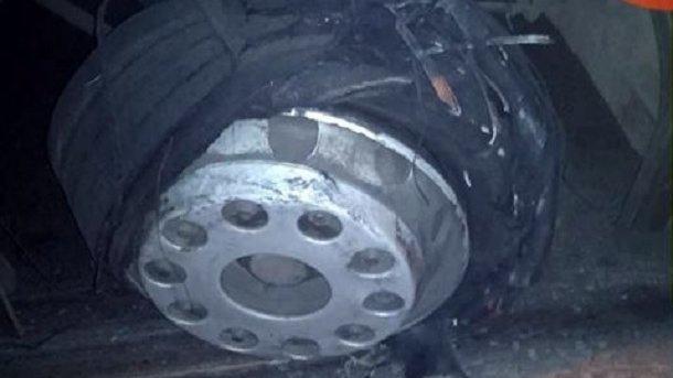 """""""Дуже пощастило"""": на Чортківщині у автомобіля на ходу розірвало колесо, транспорт перекинувся"""