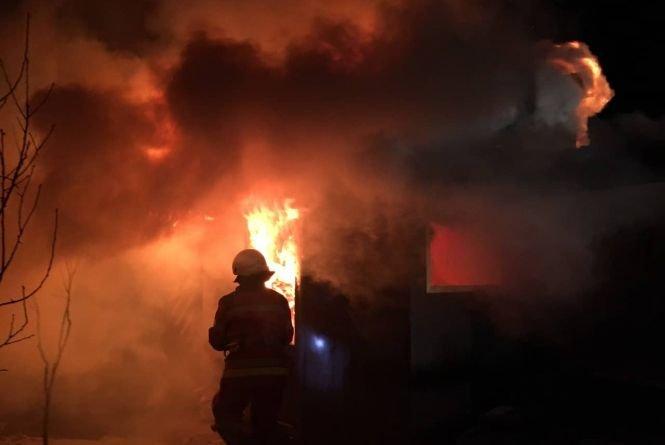 Пожежа у Тернополі: у торгівельному вагончику ледь не загинув 35-річний безхатченко