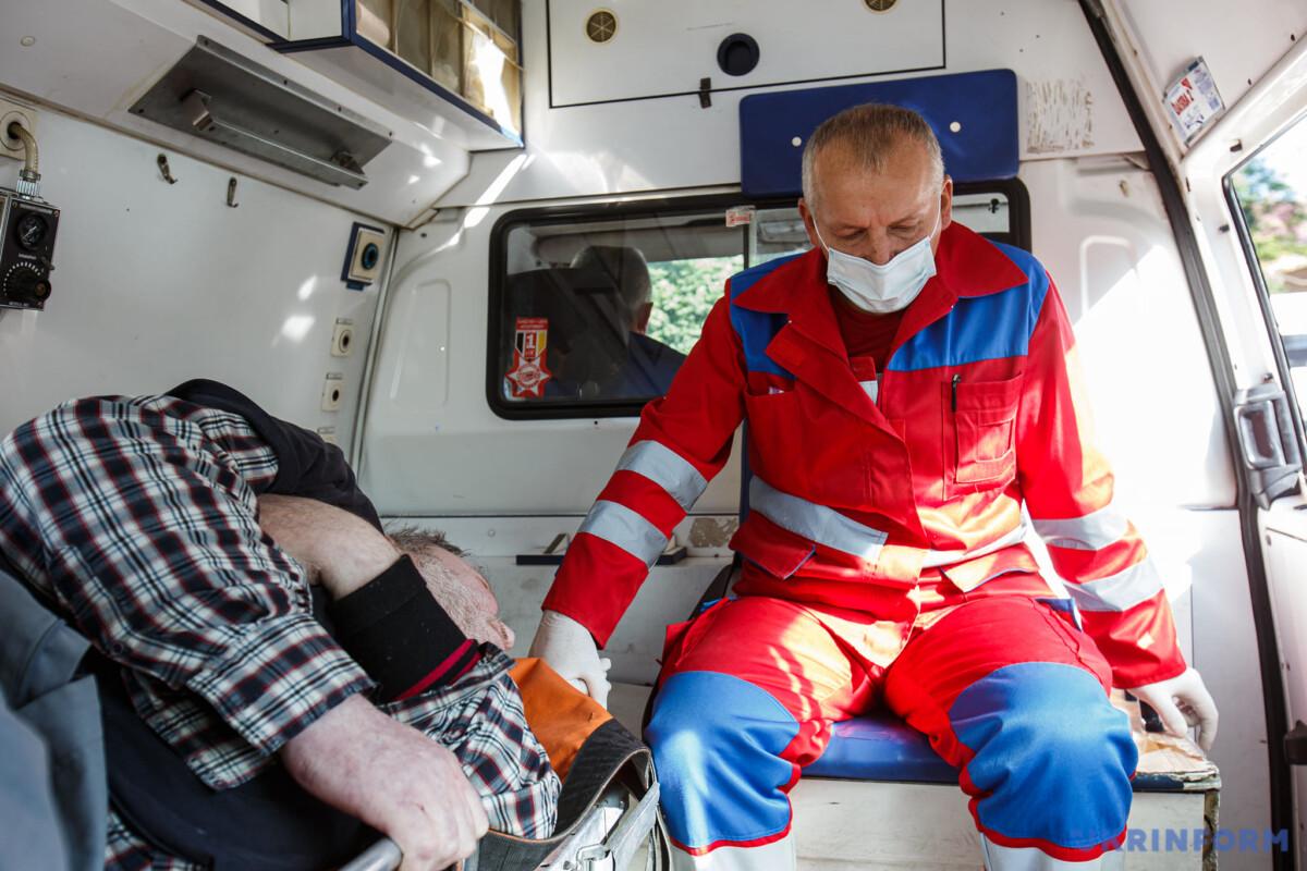 Важкі переломи: на Тернопільщині 150-ти кілограмова металева плита впала на чоловіка