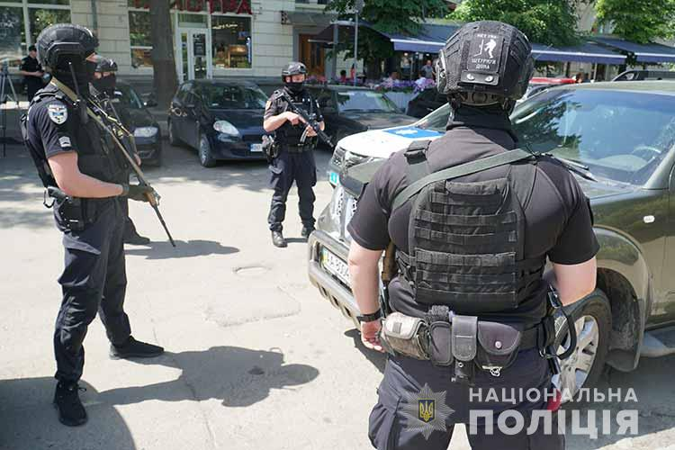 У центрі Тернополя – озброєні правоохоронці. Що відбувається? (ФОТО)