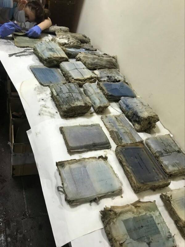 На Тернопільщині викопали архів ОУН: його рятують дослідники (ФОТО)