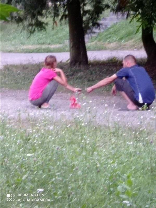 У Почаєві чоловік з жінкою вживали наркотики прямо біля дитячого майданчику (ФОТО)