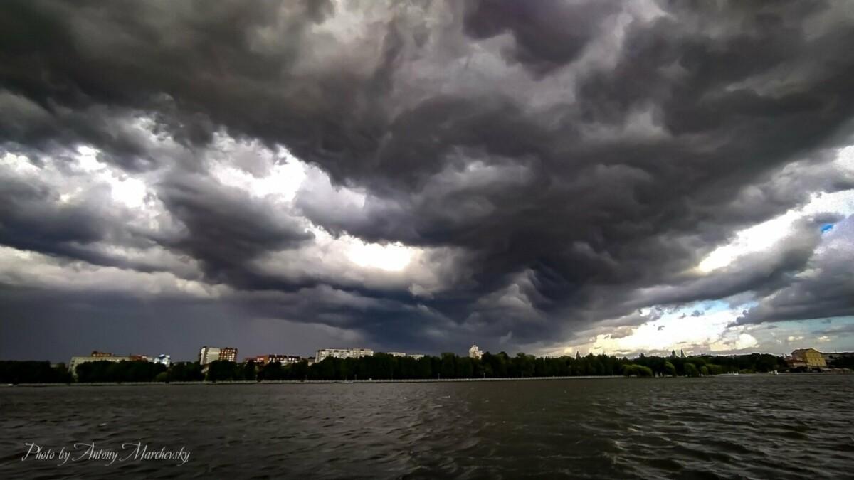 На Тернопільщину насувається негода: очікують потужну грозу (ФОТО)