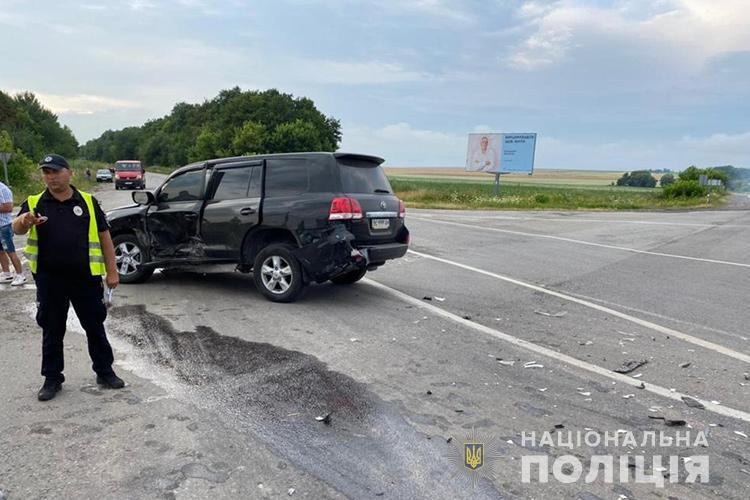 Залишив Ленд Крузера: на Тернопільщині розшукують водія, який скоїв аварію і втік з місця пригоди (ФОТО)