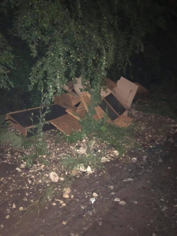 У Тернополі на вулиці чоловік і жінка викинули цілий бус сміття (ФОТО)