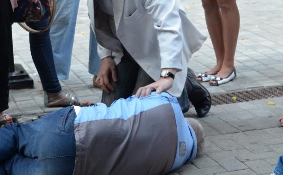 """""""Були перерізані вени"""": у Тернополі чоловік лежав на зупинці та стікав кров'ю"""