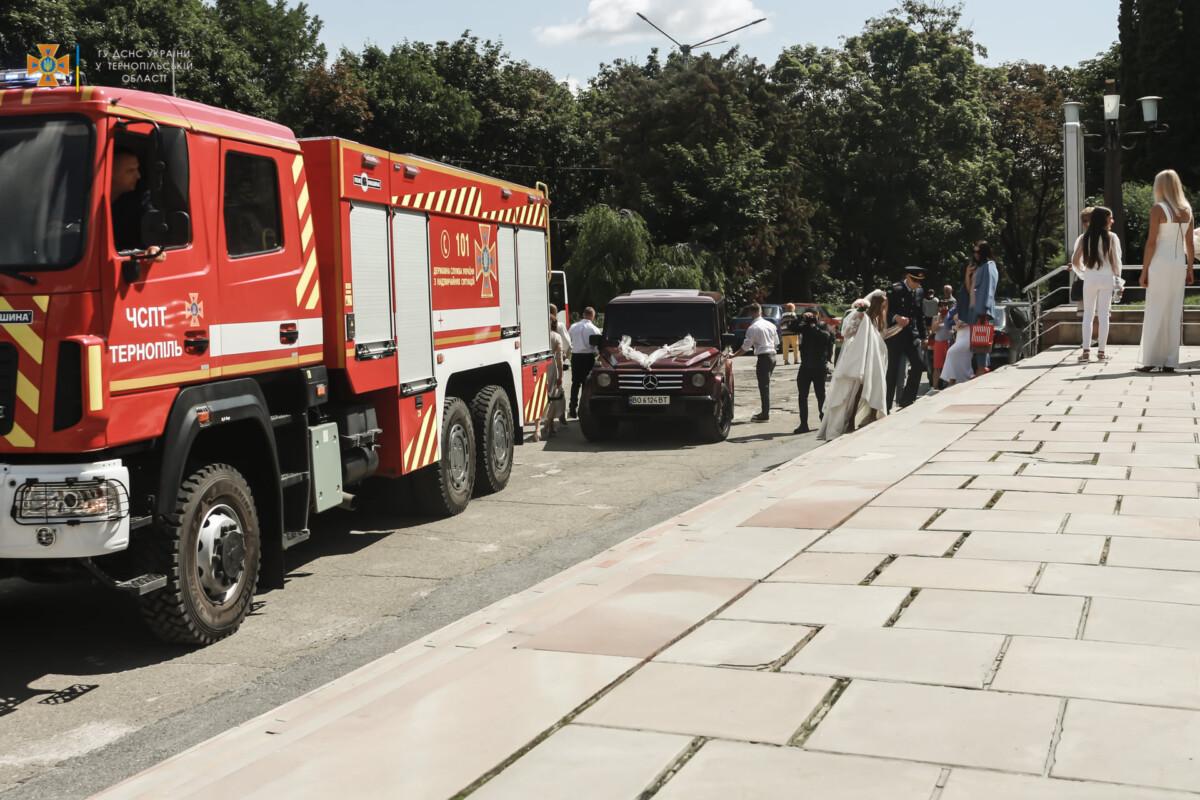 До шлюбу в супроводі… пожежного автомобіля! В Тернополі – весілля у рятувальників