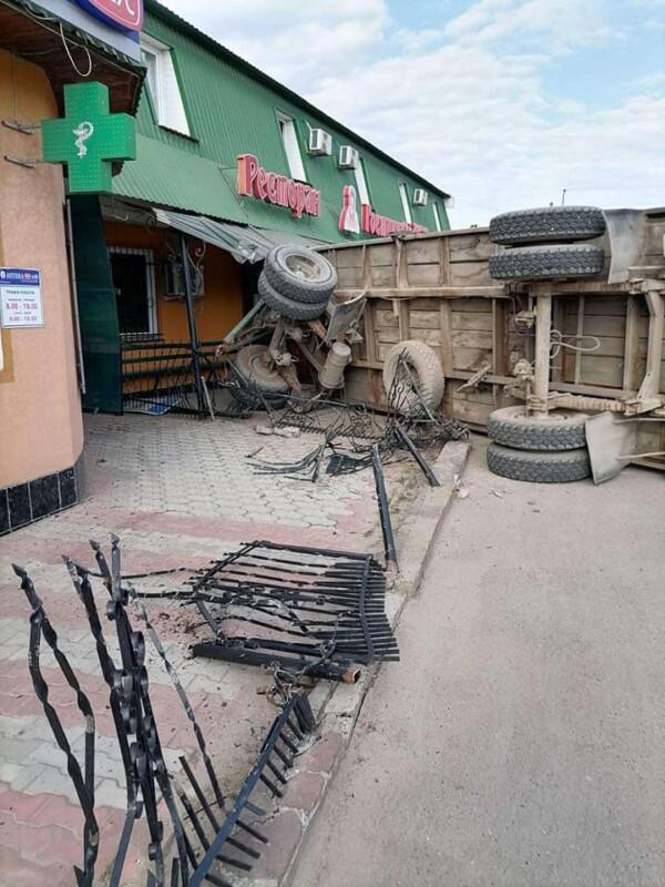 У Бучачі причіп вантажівки вилетів з дороги і протаранив стіну ресторану (фото)