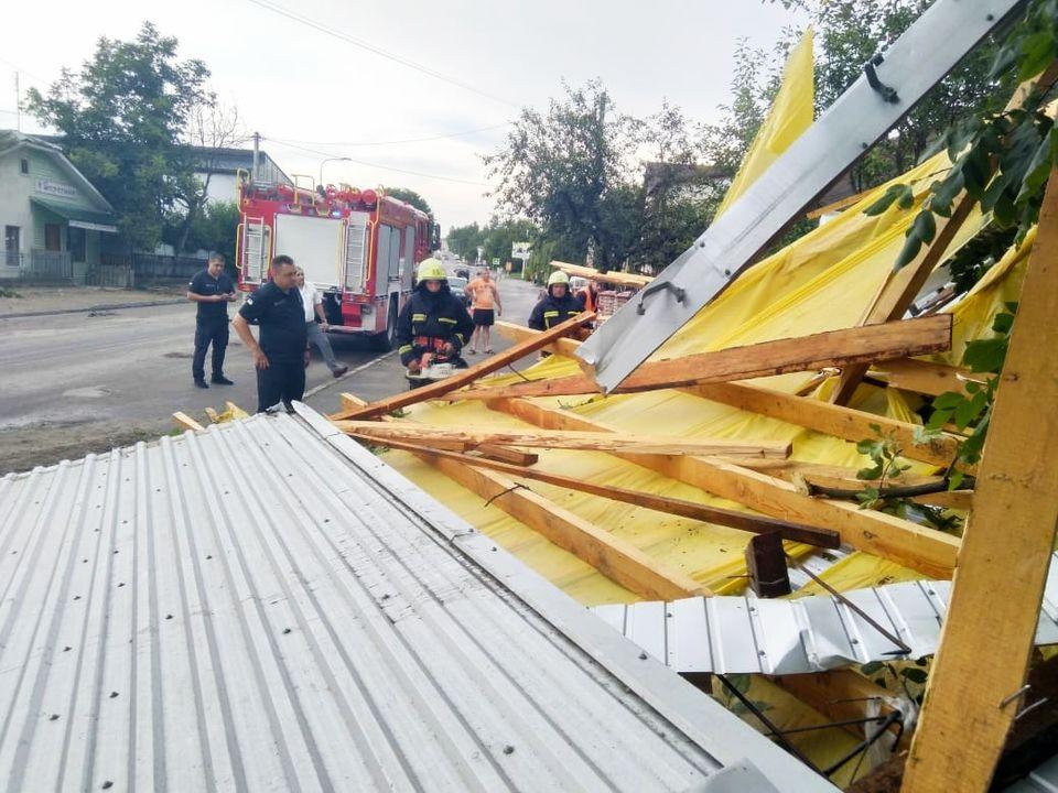 Зривав дахи, ламав дерева: потужний буревій наробив біди в Заліщиках (фото, відео)