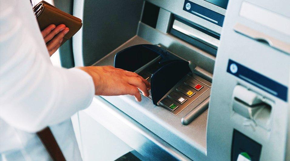 Не забувайте картки в банкоматі: 37-річна жінка швиденько скористалася електронним гаманцем тернополянина