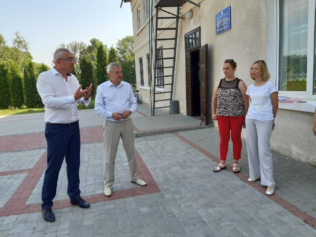 Культурно-відпочинкова зона та новий дах школи: Іван Чайківський відвідавВеликоберезовицькугромаду