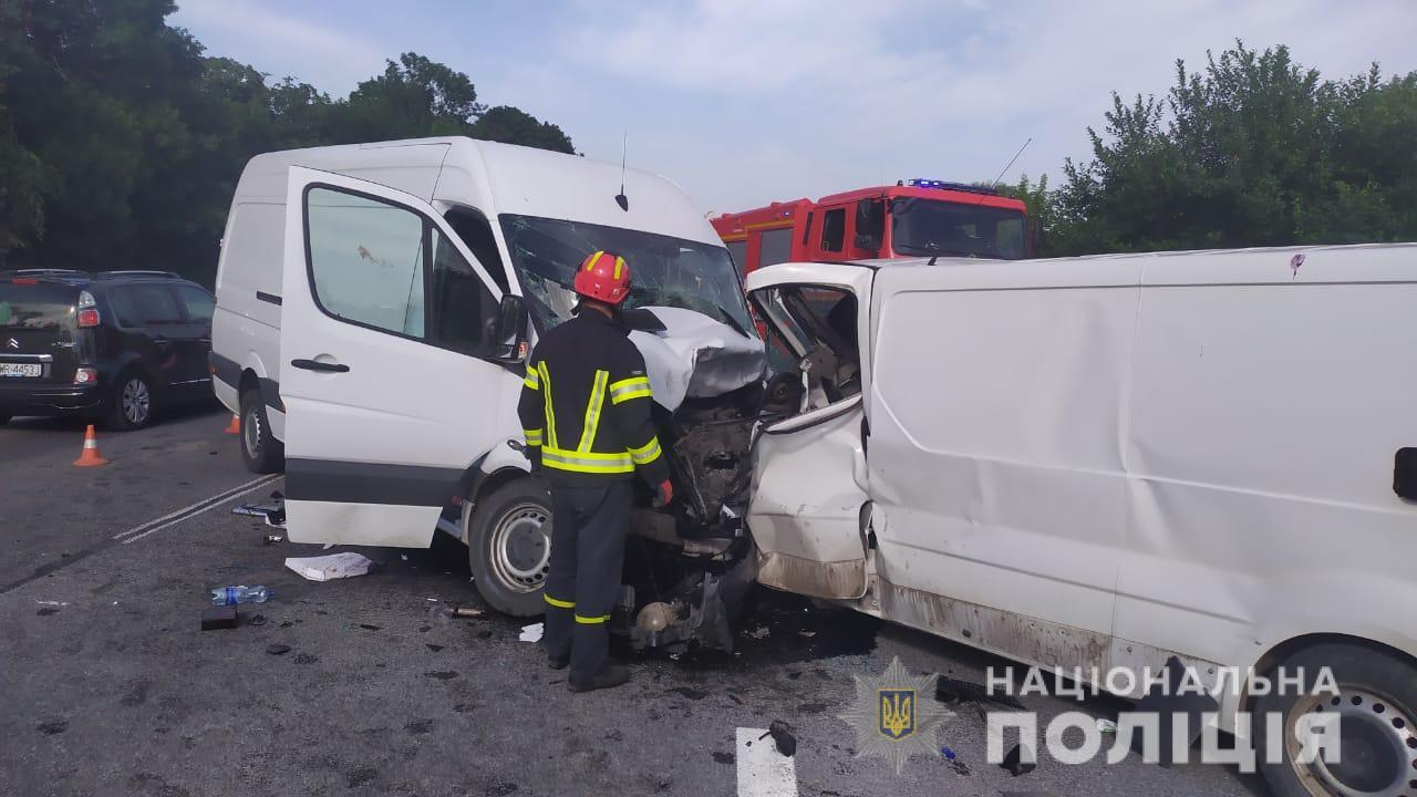 У жахливій трощі поблизу села Кам'янки зіткнулися два буси і позашляховик. Один водій загинув
