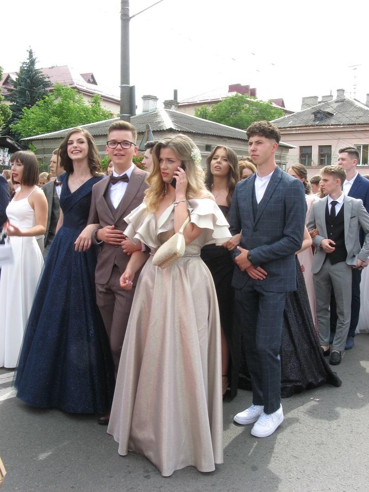 Багато тернопільських випускників обрали завжди актуальну класику (ФОТО)