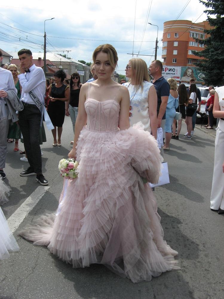 Шлейфи і відкриті плечі: яким сукням віддали перевагу випускниці у Тернополі у 2021-му (БАГАТО ФОТО)