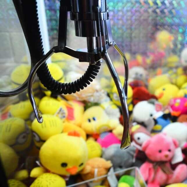 У Тернополі на зупинці дівчинку ударив автомат з іграшками
